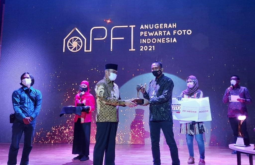 Ketua PFI Kota Medan meraih penghargaan Best Management Award pada Anugerah Pewarta Foto Indonesia (APFI) 2021 yang berlangsung di Auditorium Perpustakaan Nasional Jakarta. Foto: Dok.PFI)