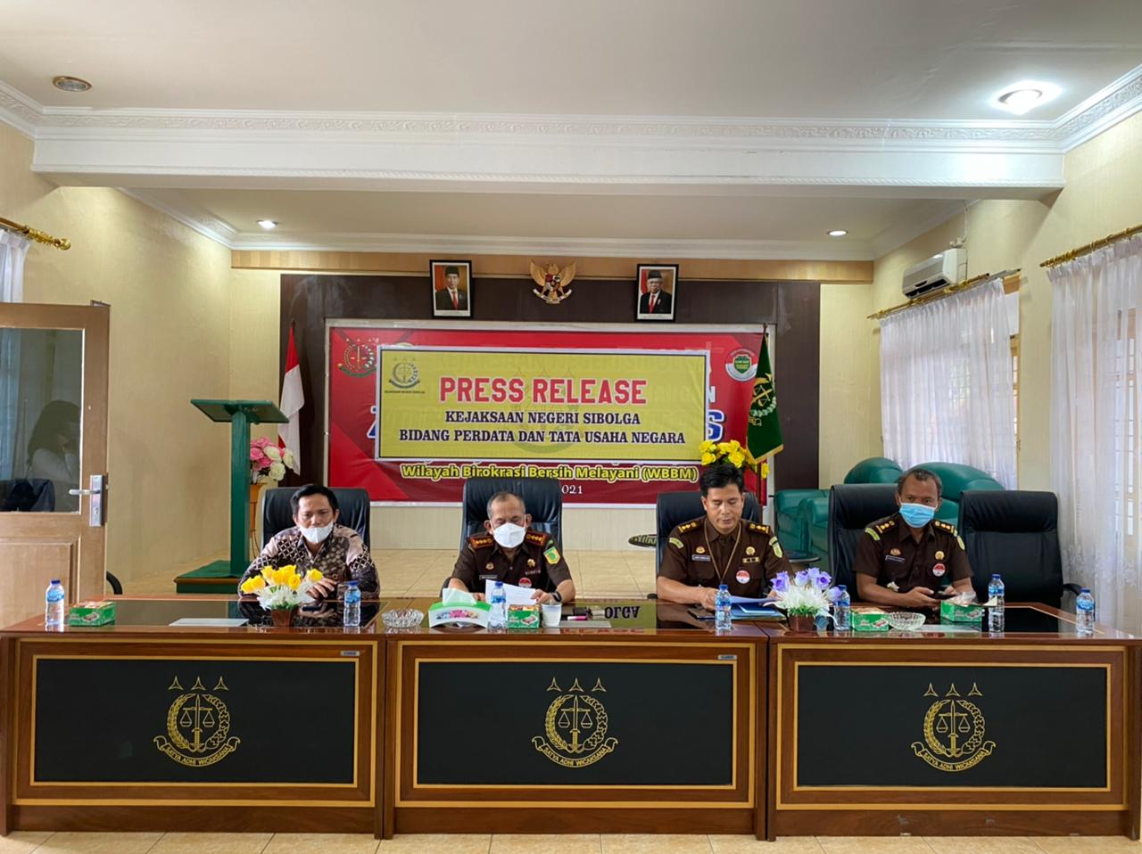 Kepala Kejaksaan Negeri Sibolga, Henri Nainggolan, Kasi datun, Kasi Intel dan Manager PLN UP 3 Sibolga, Deny Fitrianto saat pers realese. Foto: istimewa