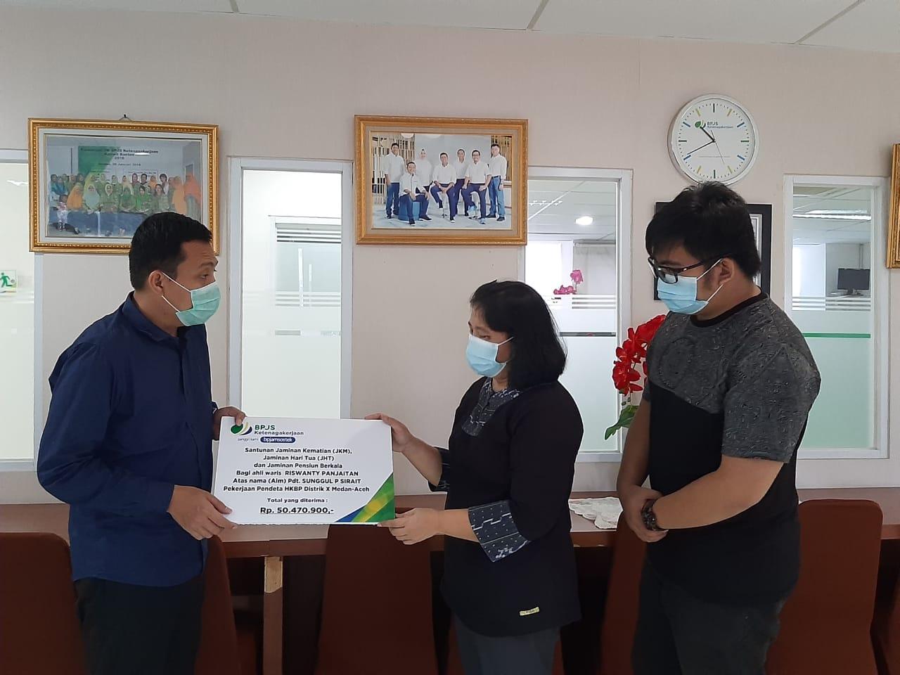 Istri Alm praeses Medan-Aceh saat penyerahan santunan oleh BPJS Ketenagkerjaan. Foto: istimewa