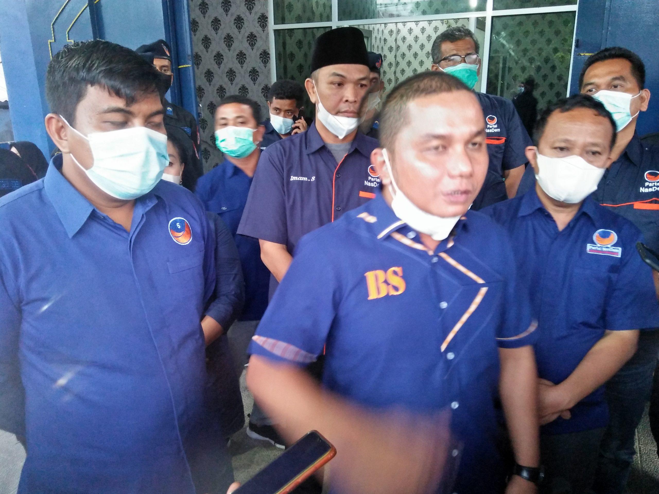Bupati Tapteng, Bakhtiar Ahmad Sibarani saat memberikan penjelasab kepada wartawan. Foto: Rommy/ Rakyatsumut.com