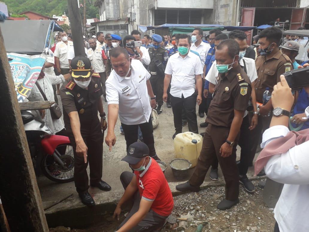 Kejari dan Wali Kota Sibolga saat eksekusi lahan milik Pemko. Foto: Istimewa