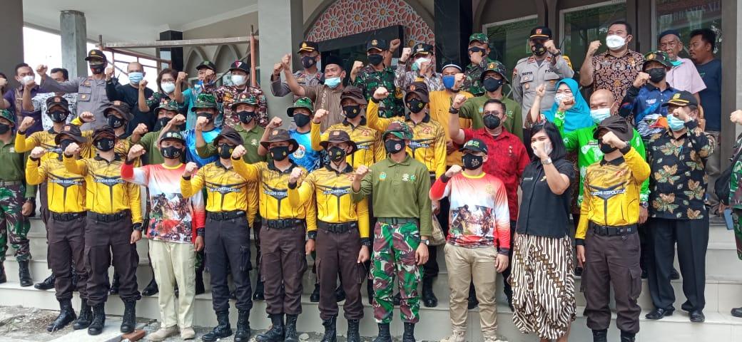 Para Taruna Akademi Polisi dan Akademi TNI bersama 2 mahasiswa Universitas Sumatera Utara melaksanakan karya bakti membantu pembangunan Masjid At-Taufik di Jalan M Yakub. Foto: Istimewa