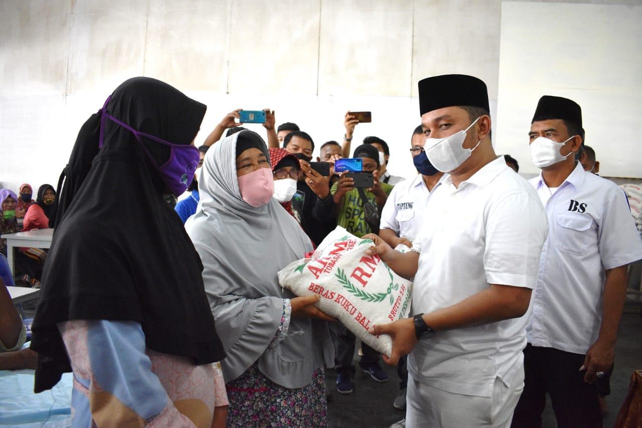 Bupati Tapteng, Bakhtiar Ahmad Sibarani saat membagikan beras dari CSR PT Mujur Timber. Foto: istimewa