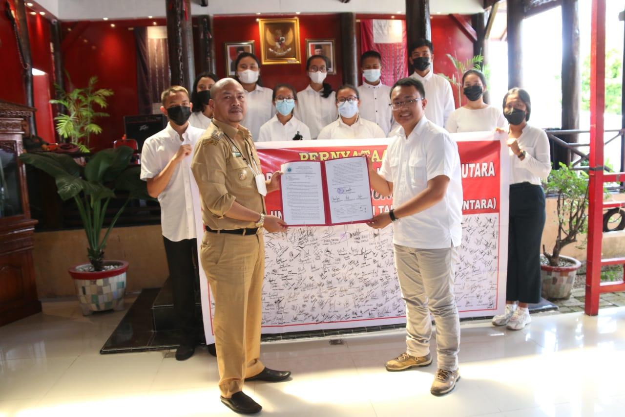Bupati Taput Nikson Nababan saat menerima dukungan FATUT terkait pendirian UNTARA. Foto: Istimewa