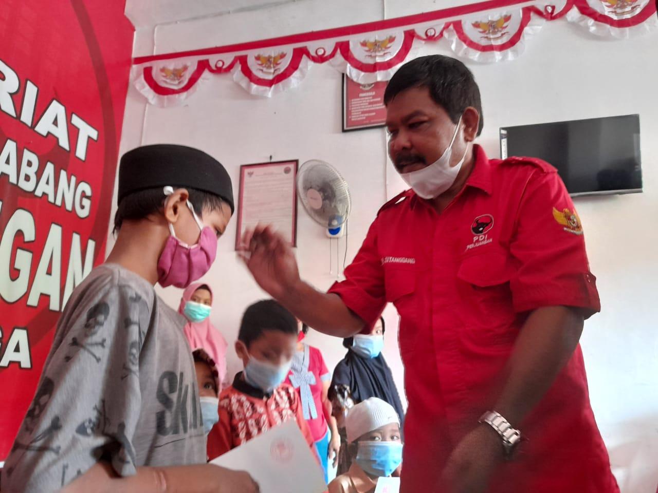 Ketua DPC PDIP Kota Sibolga, Edi Polo Sitanggang saat memberikan bantuan. Foto: istimewa