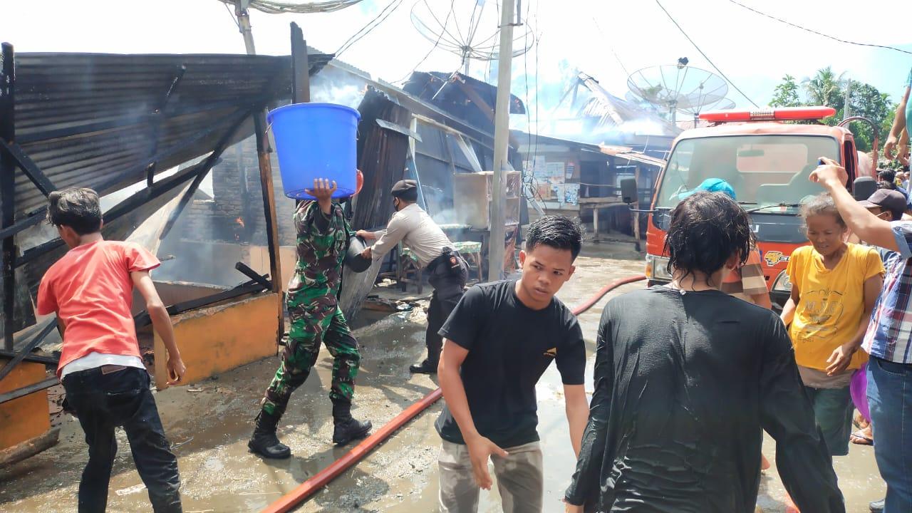 Warga, personel TNI, POLRI dan petugas Damkar saat berjibaku memadamkan kebakaran rumah di Agara. Foto: Istimewa