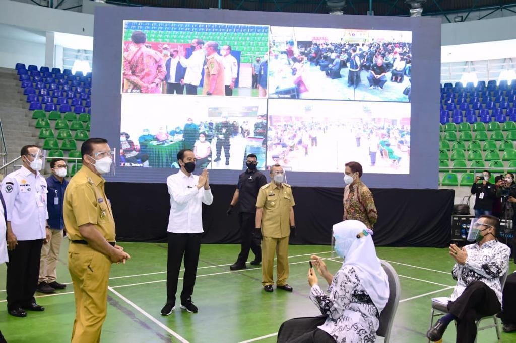 Presiden Jokowi saat meninjau pelaksanaan vaksinasi massal di Provinsi Riau. Foto: Biro Pers, Media, dan Informasi Sekretariat Presiden