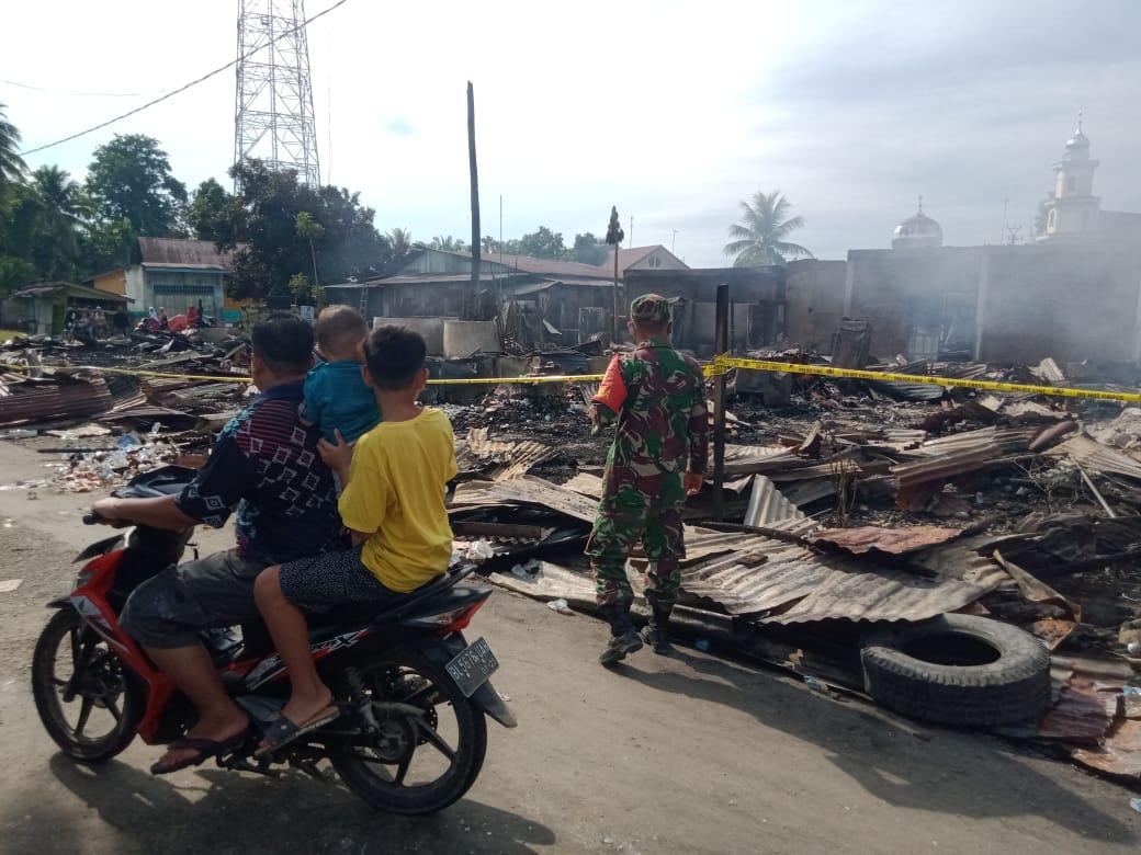 Seorang personel TNI saat berada di lokasi kebakaran yang menghanguskan 20 unit bangunan ruko, di Dusun Simpang Tiga, Desa Kaloy, Kecamatan Tamiang Hulu, Kabupaten Aceh Tamiang