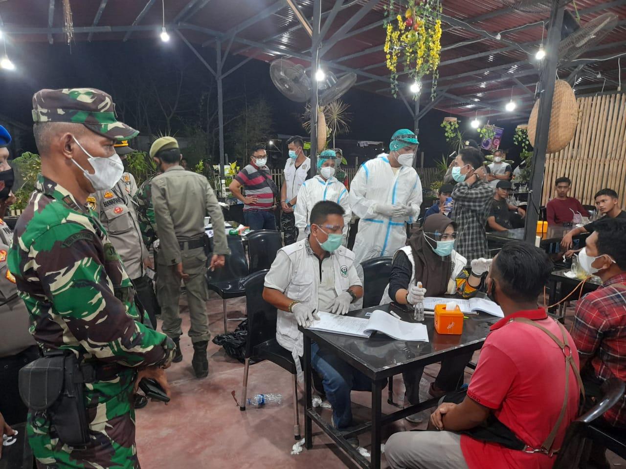 Pengunjung cafe di Lhokseumawe saat menjalani tes swab. Foto: Istimewa