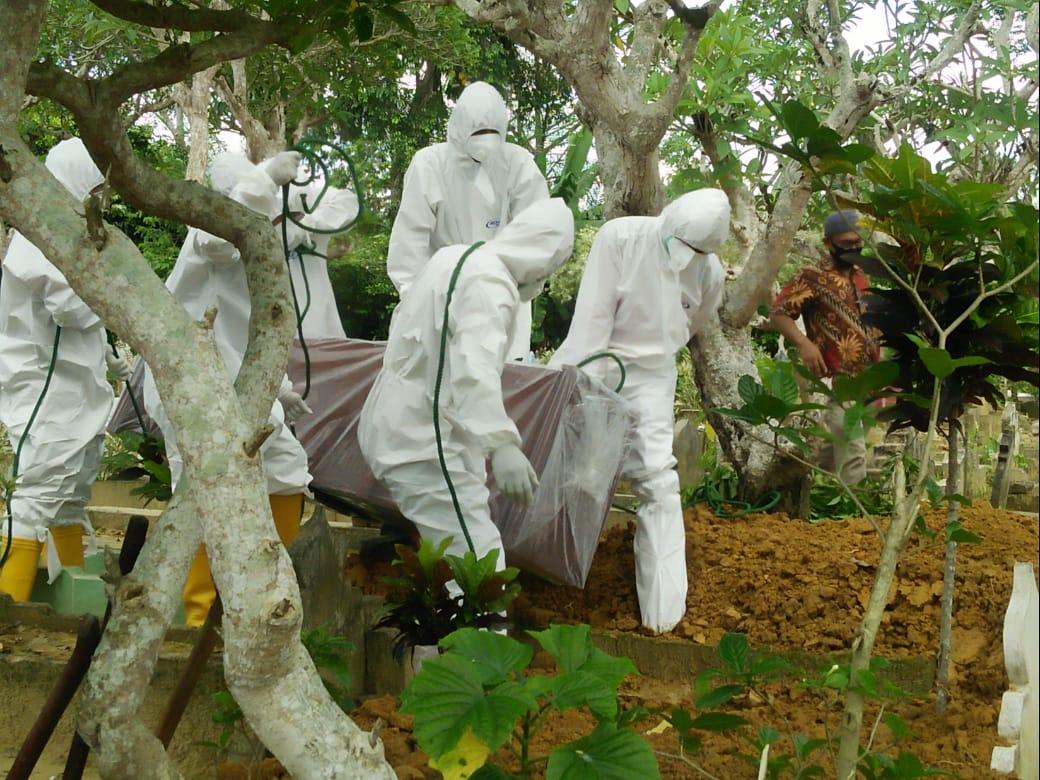 Pemakaman jenazah terkonfirmasi positif covid-19 di TPU Desa Sidodadi, Kecamatan Langsa Lama, Kota Langsa. Foto: Istimewa