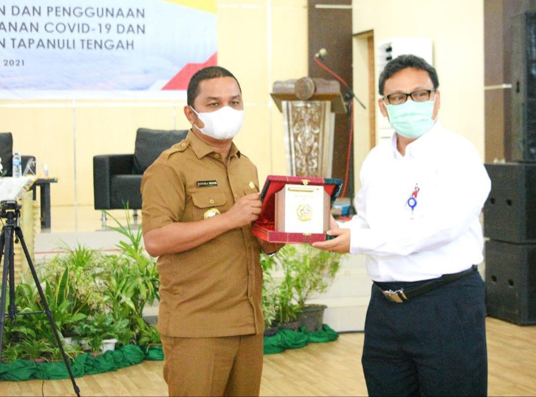 Bupati Tapteng, Bakhtiar Ahmad Sibarani saling tukar cendera mata dengan Kepala BPKP perwakilan Provinsi Sumatera Utara. Foto: istimewa