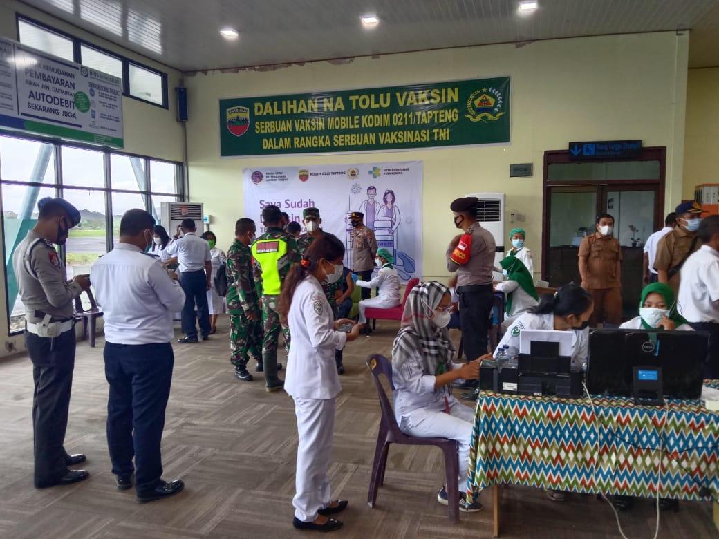 Ratusan orang pegawai Bandara DR FL Tobing dan warga sekitar menjalani vaksinasi. Foto: Istimewa