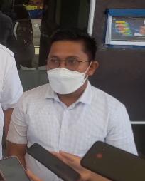 Ketua DPRD Sibolga, Ahmad Syukri Nazri Penarik saat memberikan keterangan kepada wartawan di depan kantor Wali Kota Sibolga. Foto: Rommy/ Rakyatsumut.com