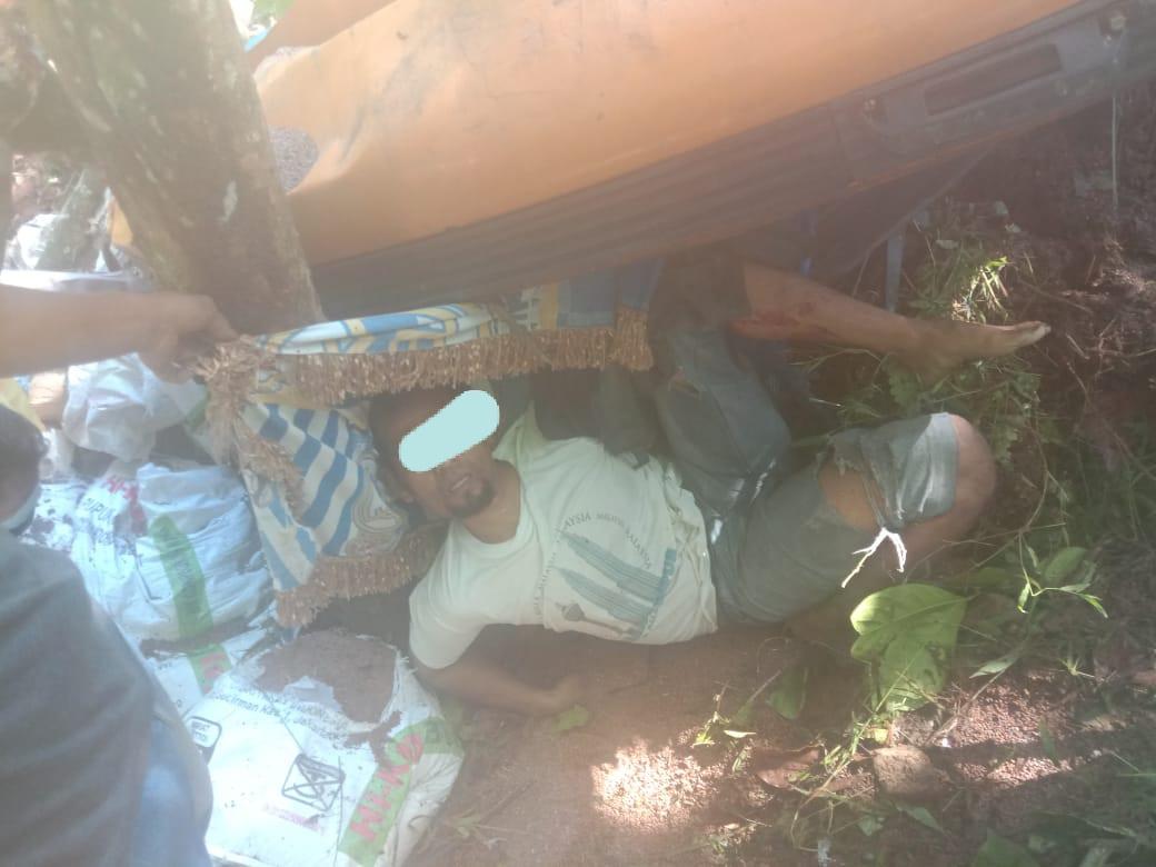 Korban saat terjepit di dalam mobil Truk yang nyunsep ke Jurang di Jalan Rampa Poriaha. Foto: istimewa