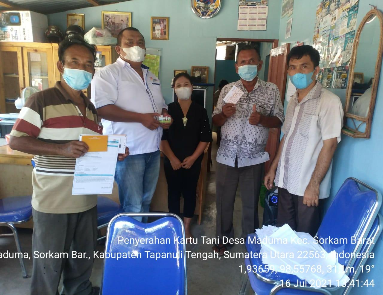 Parlindungan Nainggolan selaku Kepala Desa Aek Raso, Kecamatan Sorkam Barat saat membagikan kartu tani kepada masyarakat. Foto: istimewa