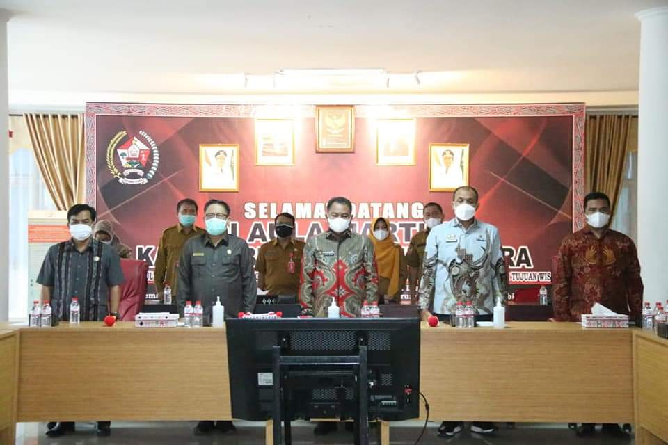 Foto bersama Bupati Sergai dan Bupati Taput saat studi tiru Pemkab Sergai ke Pemkab Taput. Foto: Istimewa