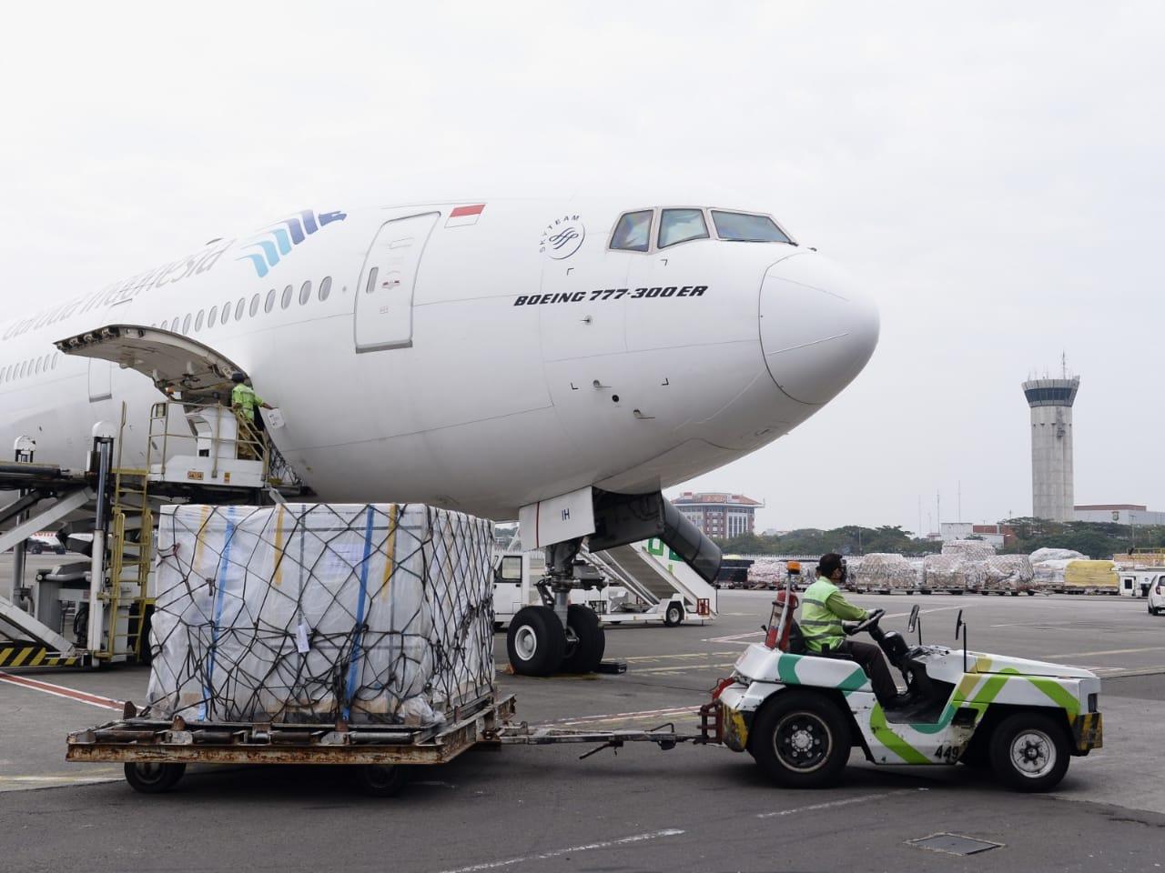 Seorang petugas di Bandara Soekarno Hatta saat membawa boks berisi Vaksin Sinopharm. Foto: Istimewa