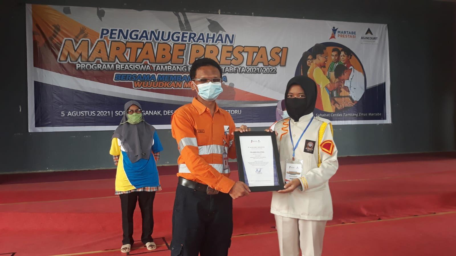 General Manager Operations PT AR, Rahmat Lubis saat menyerahkan piagam beasiswa prestasi kepada salah seorang penerima. Foto:L Istimewa
