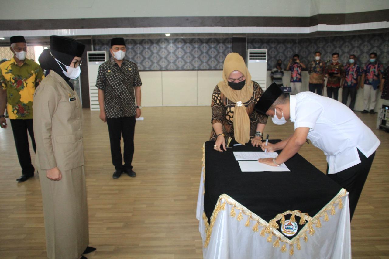 Bupati Tapteng, Bakhtiar Ahmad Sibarani saat menandatangani SK Pelantikan Yetti sebagai Sekda. Foto: istimewa