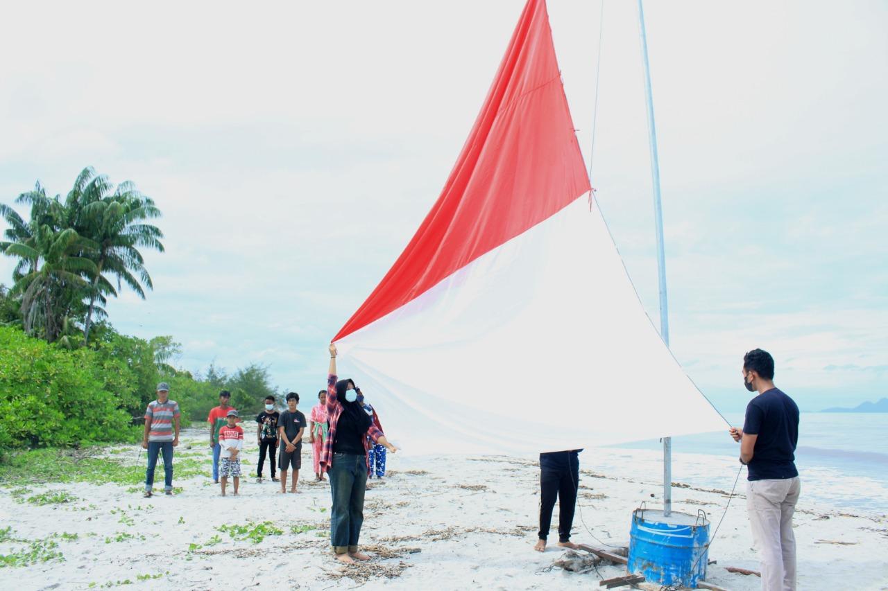 Prosesi pengibaran bendera dalam upacara HUT RI ke 76 yang digelar Komantab di Pantai Bandang, Desa Rawa Makmur, Kecamatan Kolang, Kabupaten Tapanuli Tengah. Foto: Istimewa