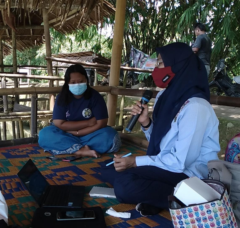 Ketua Tim pengabdian, Munzaimah M. S.Sos., M.Ikom saat memaparkan materi promosi digital kepada Pokdarwis Waras Nasuba. Foto: istimewa