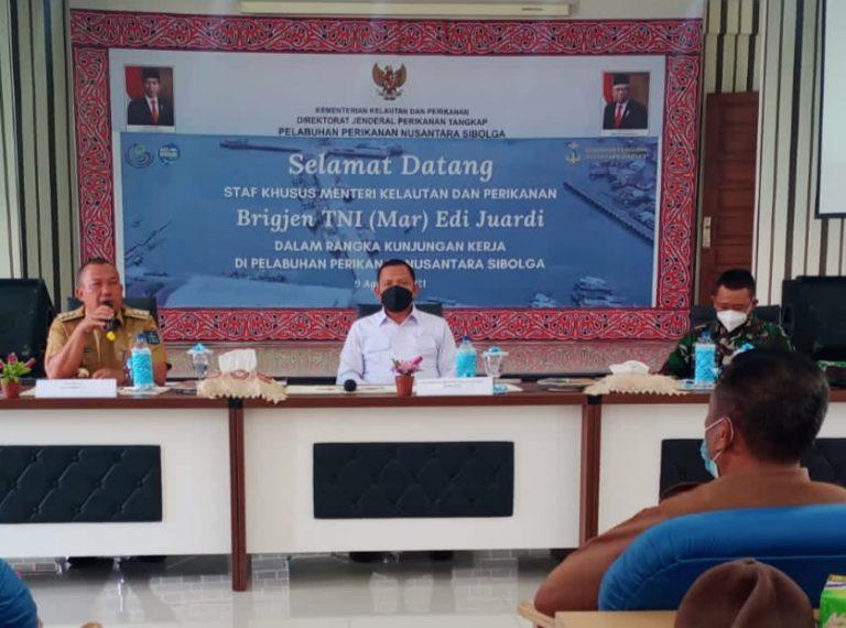 Wali Kota Sibolga, Jamaluddin Pohan saat mendampingi Staf Khusus Menteri Kelautan dan Perikanan RI, Brigjen TNI (Mar) Edi Juardi. Foto: istimewa