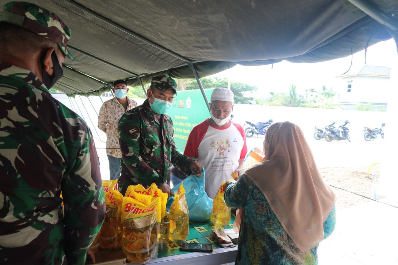 Warga saat berbelanja di pasar murah yang dibuka Korem 011/LW dan Disperindag. Foto: Istimewa