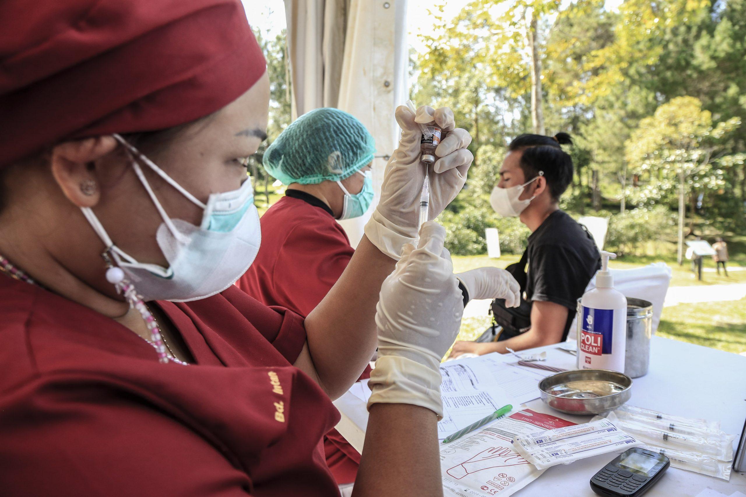 Petugas medis saat memvaksin warga di wilayah otoritatif Danau Toba. Foto: Istimewa