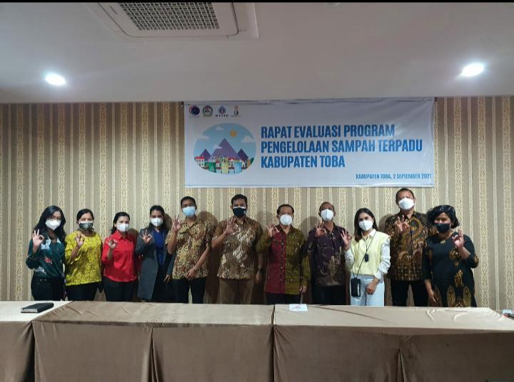 Irwan Mandelis selaku perwakilan dari PTTEP Indonesia bersama Tim dan Pemerintah Kabupatrn Toba usai rapat. Foto istimewa