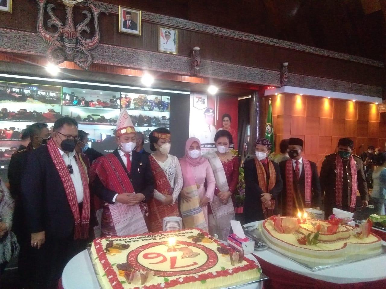 Bupati Taput Nikson Nababan didampingi istri Satika Simamora dan Forkopimda saat merayakan HUT Taput ke-76. Foto: Paska Marbun