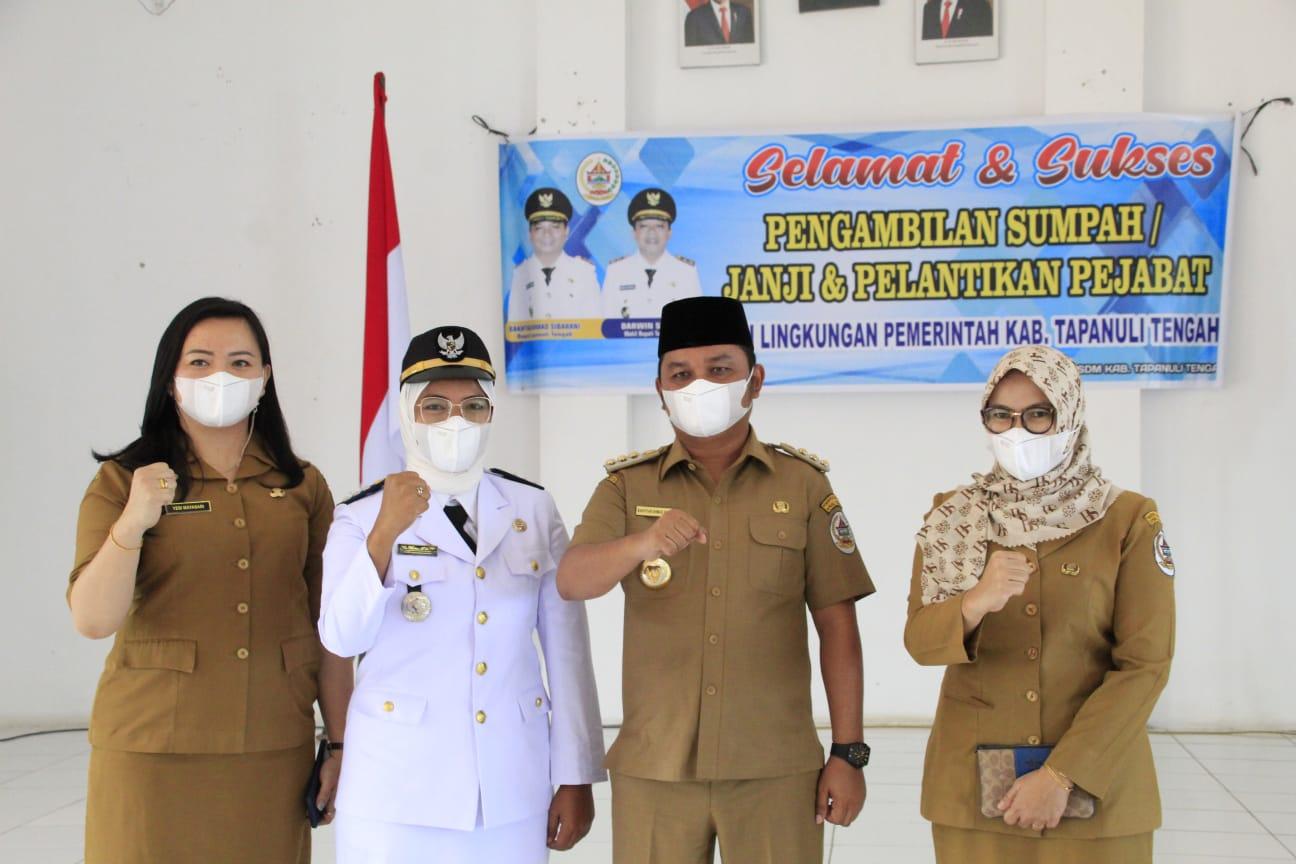 Bupati Tapanuli Tengah, Bakhtiar Ahmad Sibarani foto bersama dengan Khairunnisa Marbun. Foto: istimewa